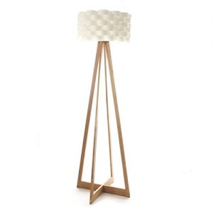 Stehleuchte im schlichten Stil – Fuß aus Bambus und geflochtener Lampenschirm im Fiberglas Design